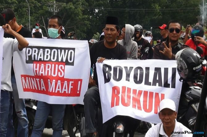 DEMO: Puluhan ribu warga Boyolali turun ke jalan mendesak agar Prabowo Subianto meminta maaf terkait pidatonya baru-baru ini yang tengah viral di medsos, Minggu (4/11). (Ari Purnomo/JawaPos.com)