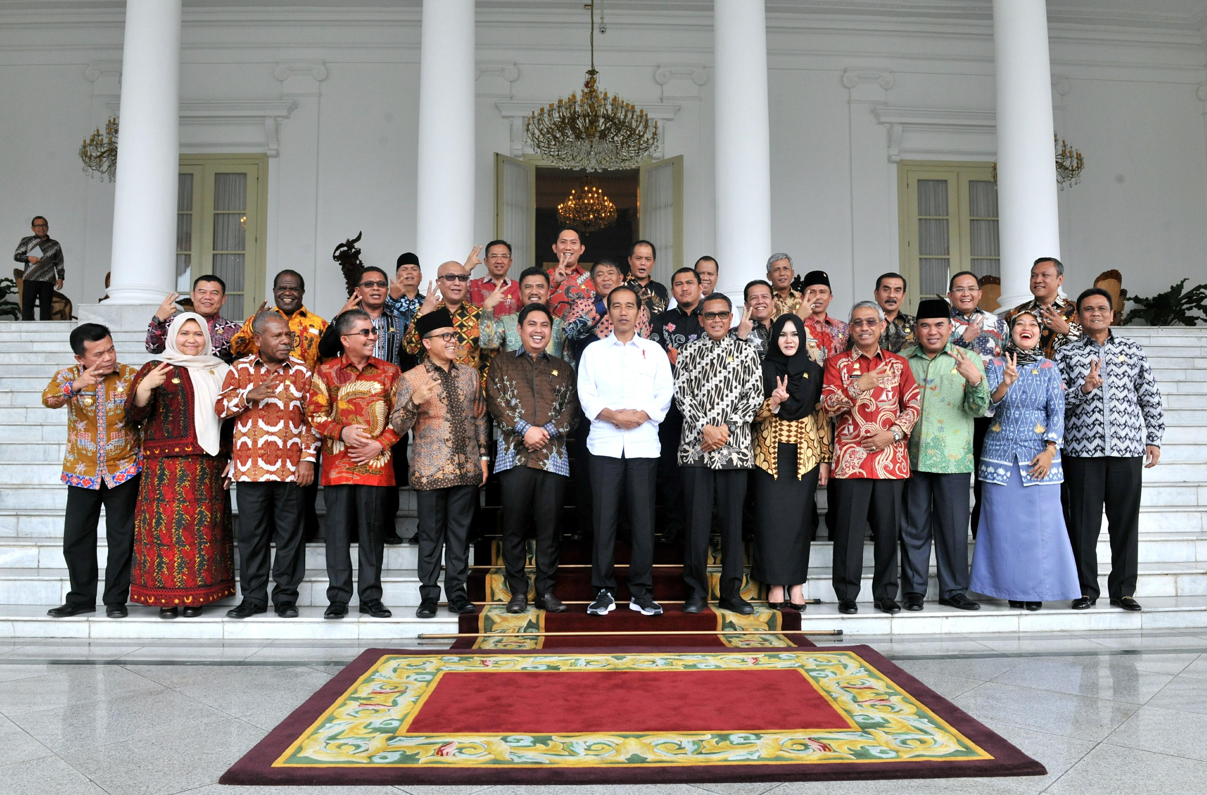 Presiden Jokowi berfoto bersama para bupati yang mengikuti pertemuan di Istana Kepresidenan Bogor, Jabar, Selasa (31/7/2018) siang. (Foto: Rahmat/Humas)