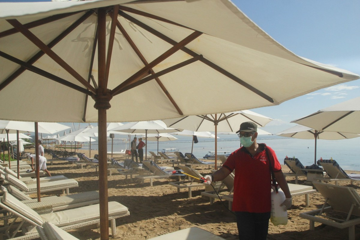 A worker disinfects a beach area to protect against the spread of Covid-19. Photo: Twitter